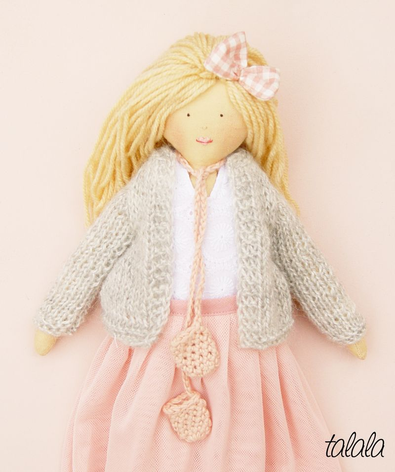 lalka w szarym sweterku