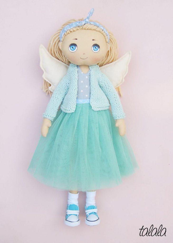 lalka ubrana w miętowe ubranka rozbierane