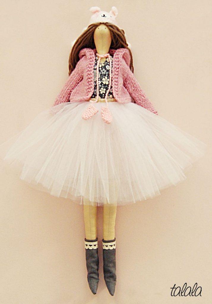 różowa lalka z ubrankami