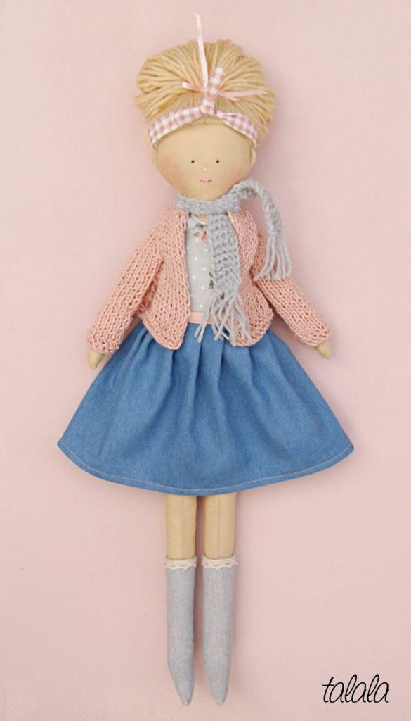 ręcznie uszyta szmaciana lalka